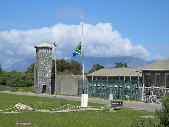 Ao longo de sua militância, Mandela foi detido diversas vezes. Até que, em 1964, foi condenado a prisão perpétua por terrorismo. Durante os 27 anos que passou na cadeia, ele escrevia cartas de motivação para seus companheiros de luta que não haviam sido pegos. (Foto: Wikimedia Commons)