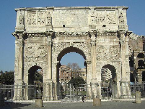 Depois de Otávio, vieram vários imperadores (Tibério, Calígula, Cláudio e Nero). Pouco ao pouco, as fraquezas da civilização romana foram reveladas.  A economia escravista e a corrupção levaram o império à decadência. Neste momento de crise, os principais governantes foram: Diocleciano, Constantino e Teodósio. Apesar dos esforços dos três, Roma foi tomada por povos bárbaros - visigodos, vândalos e hérulos. (Créditos: Wiki Commons)