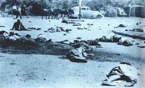 Enquanto o governo tornava as políticas racistas cada vez mais duras, aumenta os valor dos impostos cobrados dos negros, a população se revoltava. Protestos e manifestações, muitas vezes pacíficas, despontavam no país inteiros e eram duramente reprimidos. Em 1960, um ano antes da África do Sul se tornar independente da Inglaterra, a polícia atirou em centenas de manifestantes negros em Sharpeville, matando 67 deles (foto). (Foto: Wikimedia Commons)