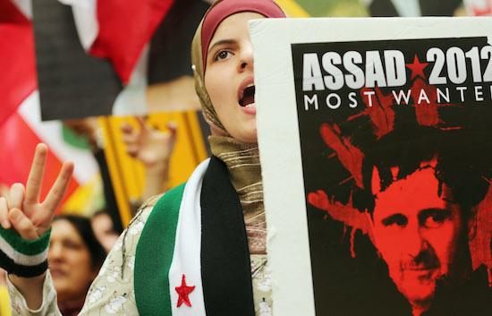 Em 2011, a vizinha Síria viveu a chamada Primavera Árabe, com as manifestações contra o regime de Bashar al-Assad. A forte repressão do governo de um lado e o crescimento das milícias anti-Assad de outro acabaram transformando o levante em uma guerra civil e atraindo, novamente, todos os tipos de terroristas e extremistas para a região. O ISI, então, resolveu cruzar a fronteira e combater ao lado das milícias. Nesse momento, mudou seu nome para ISIS, o Estado Islâmico do Iraque e da Síria. (Foto: Getty Images)