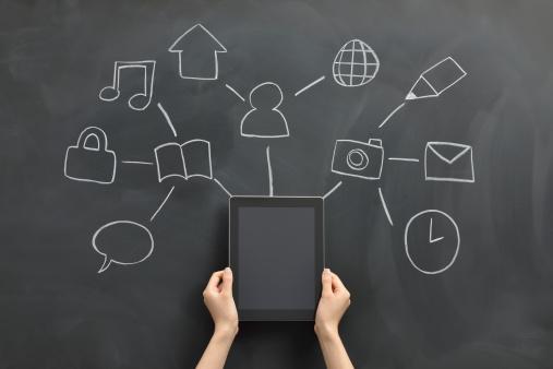Na carreira de Mídias Sociais, o profissional de Marketing vai propor ações de promoção da marca no ambiente virtual, além de se relacionar com os usuários e avaliar o que é falado sobre a empresa na internet.