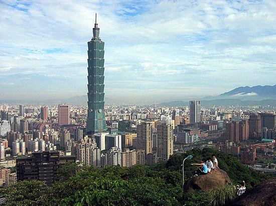 Como consequência, os opositores do regime comunista fugiram para Taiwan, onde fundaram a República da China. Até 1971 Taiwan era reconhecida pela ONU como o governo oficial da China, não o governo comunista da China continental. (Fotos: Wikimedia Commons)