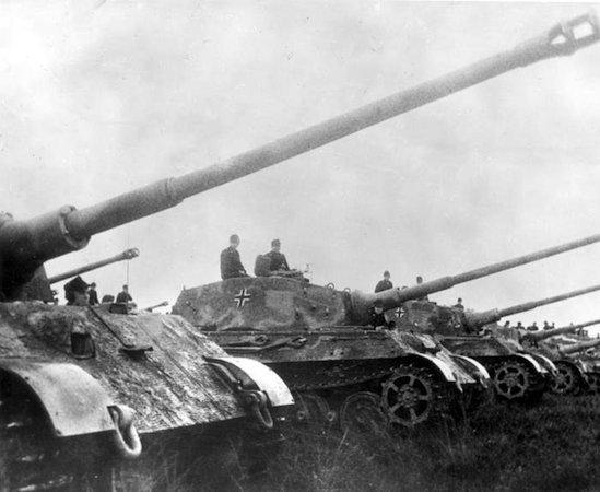 Durante os primeiros anos da guerra, o avanço nas trincheiras era quase nulo devido ao uso de metralhadora, que poderiam abater inimigos a longas distâncias. O uso dos tanques foi introduzido em 1916 e mudou esse cenário. Eles podiam facilmente abrir caminho para a infantaria. (Foto: Creative Commons)