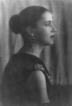 Na década de 1920, Tarsila do Amaral começou a usar cores e temas brasileiros nas suas obras, destacando a fauna, a flora e também os símbolos do Brasil moderno e urbano. Tarsila foi casada com Oswald de Andrade.
