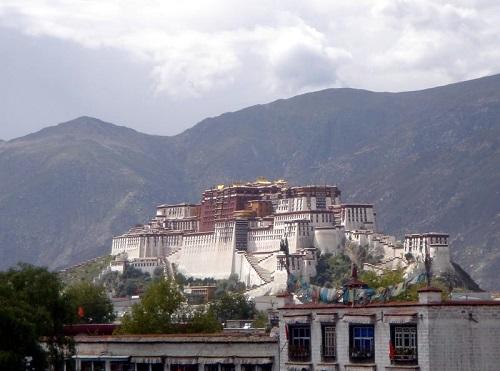 Já o Tibete, na região do Himalaia, foi invadido pela China na década de 50. Desde então os tibetanos protestam de forma constante - e são reprimidos violentamente. O Dalai Lama, líder espiritual dos tibetanos, fugiu para o norte da Índia junto com muitos refugiados, que estabeleceram lá o Governo Tibetano no Exílio. (Foto: Wikimedia Commons)