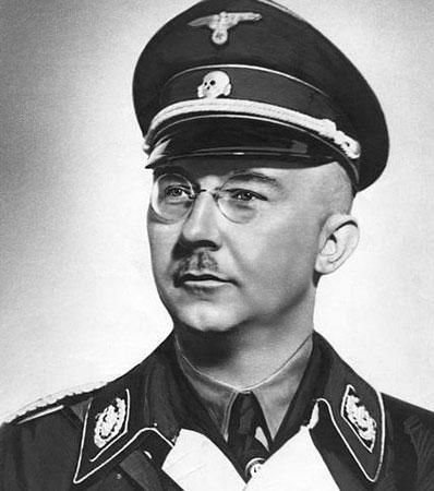 O chefe da SS abandonou Hitler e negociou uma rendição da Alemanha com os EUA e a Grã-Bretanha quando viu que o nazismo estava com os dias contados. Hitler, ao descobrir a traição, ficou furioso. Himmler terminou preso pelo exército inglês em maio de 1945. Depois, suicidou-se. Imagem: Getty Images