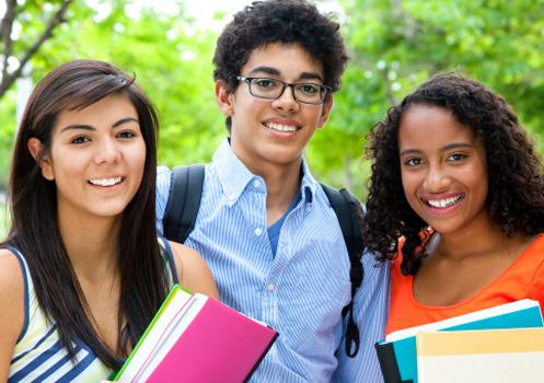 trio-estudantes-segurando-livros.jpg