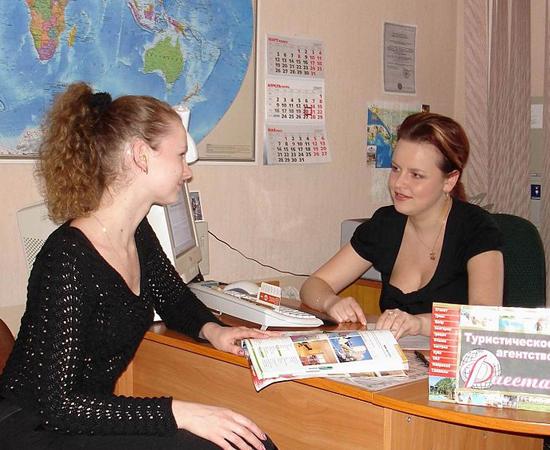 TURISMO - Esse profissional cuida do planejamento, da organização, da promoção e da divulgação de viagens, eventos e atividades de lazer e negócios. Em muitos casos, o profissional viaja para fechar contratos de negócios.