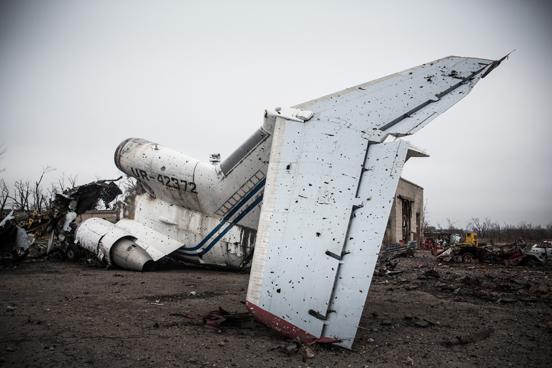 Aviões comerciais destruídos no aeroporto de Donetsk, na Ucrânia. O aeroporto tem sido um dos pedaços de terra mais fortemente disputados entre o exército ucraniano e os rebeldes pró-russos. (Foto: Andrew Burton / Getty Images)