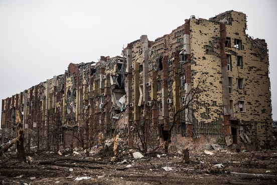 Um hotel destruído localizado perto do aeroporto de Donetsk. (Foto: Andrew Burton / Getty Images)