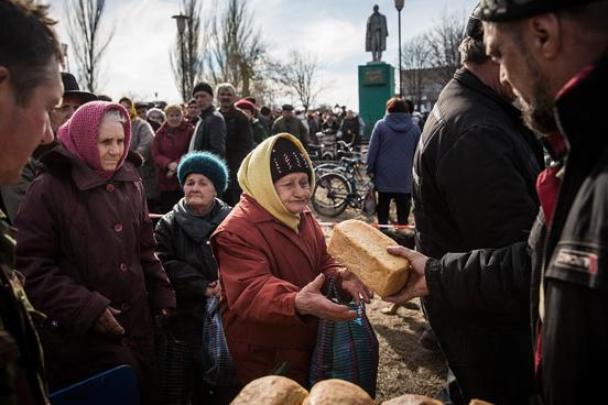 Rebeldes pró-russo distribuem pão como ajuda humanitária em Chornukyne. (Foto: Andrew Burton / Getty Images)