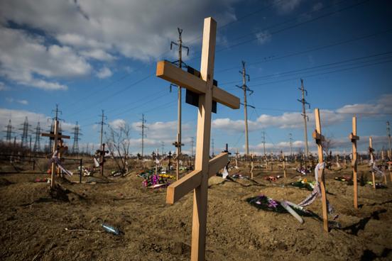 Túmulos novos em uma colina em Donetsk, Ucrânia, muitos dos quais criados devido ao conflito em curso entre a Ucrânia e os rebeldes pró-russos. O conflito já custou pelo menos 6.000 vidas desde abril do ano passado, de acordo com as Nações Unidas. (Foto: Andrew Burton / Getty Images)