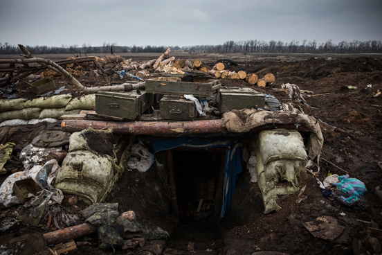 Equipamento militar destruído em um campo de batalha entrincheirado onde o exército ucraniano foi derrotado por rebeldes pró-russos. (Foto: Andrew Burton / Getty Images)