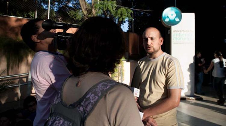 Redator Chefe do Guia do Estudante, Fábio Volpe, concede entrevista