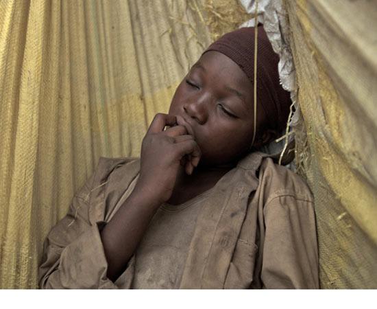 No meio da guerra civil na África Subsaariana, Komona, uma jovem de 12 anos é sequestrada por rebeldes a se torna uma criança-soldado. Ela conhece um menino albino por quem se apaixona e precisa lidar com este contexto de violência a qual está inserida. O longa foi filmado principalmente na República Democrática do Congo. O filme é interessante porque se aproxima da realidade de várias pessoas que viveram sob a colonização europeia no continente africano. A convivência forçada entre tribos inimigas, por conta das fronteiras estabelecidas pelos europeus, contribuiu para o surgimento de diversas guerras. ESTUDE: COLONIZAÇÃO AFRICANA, PARTILHA DA ÁFRICA. (imagem: reprodução)