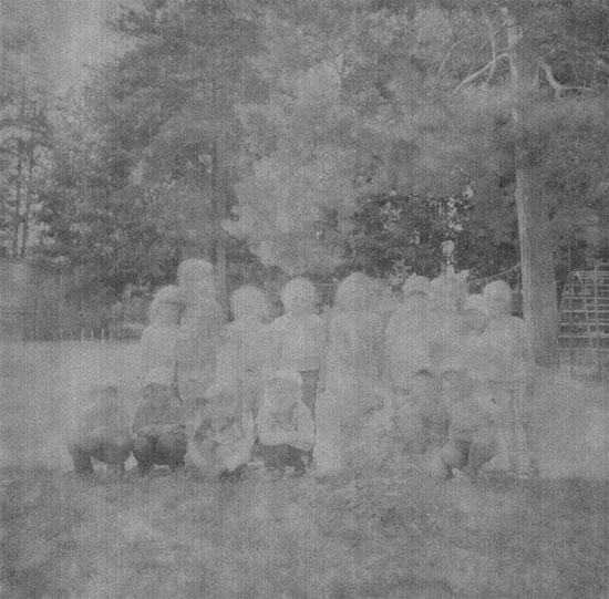 A imagem faz parte de uma série sobre a vida de uma garota que nasceu cinco dias após a explosão na usina de Chernobyl, que provocou o maior acidente nuclear da história. Ela foi afetada pela radiação emitida pelos reatores e passou por vários problemas de saúde. As fotos foram tiradas com um filme encontrado na cidade de Pripyat, que fica a cinco quilômetros da usina de Chernobyl (Crédito foto: Kazuma Obara/World Press Photo 2016).