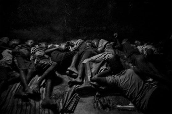 A imagem mostra Talibes, dormindo no chão. São garotos que vivem em escolas islâmicas conhecidas como Daaras, no Senegal. Eles são forçados por seus guardiães religiosos a pedir esmolas nas ruas e são frequentemente abusados e espancados por eles (Crédito foto: Mário Cruz/World Press Photo 2016).
