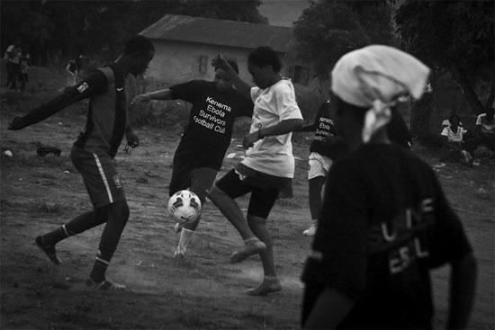 Partida de futebol com jogadores do Ebola Survivors Football Club, time formado por sobreviventes da epidemia de Ebola em Serra Leoa (Crédito foto: Tara Todras-Whitehill/ The New York Times).