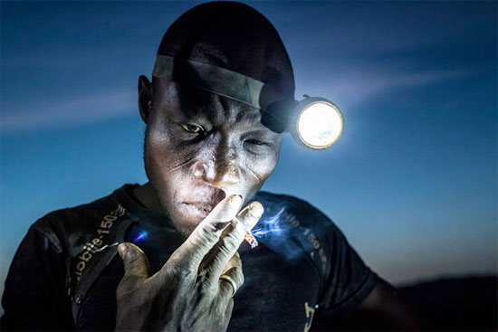 Trabalhador de uma mina em Bani, em Burkina Fasso, faz uma pausa durante seu expediente. Os mineiros desta região enfrentam duras condições de trabalho e são expostos a produtos tóxicos e metais pesados (Crédito foto: Matjaz Krivic/World Press Photo 2016).
