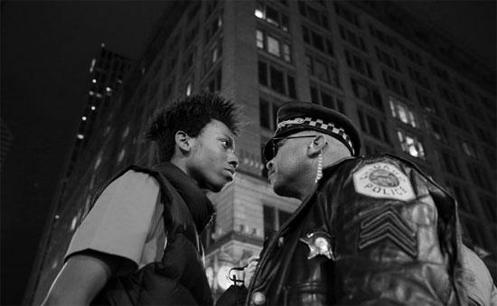 Manifestante encara um sargento da polícia em Chicago, nos Estados Unidos. A imagem foi captada durante os protestos contra a polícia, que teria assassinado um jovem negro à queima-roupa (Crédito foto: John J. Kim/Chicago Tribune).