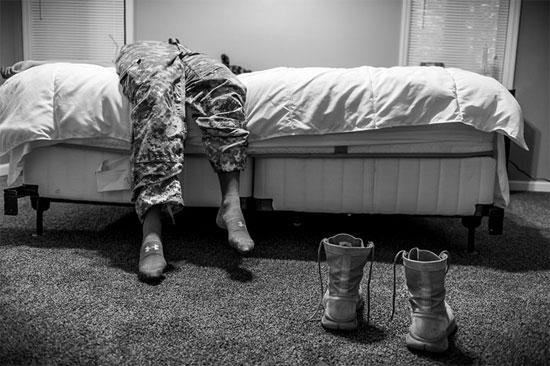 Esta imagem faz parte de uma série de fotos que registra casos de abusos sexuais nas Forças Armadas dos Estados Unidos. A personagem da foto é Natasha Schuette, de 21 anos, que foi estuprada por um sargento e denunciou o caso às autoridades (Crédito foto: Mary F. Calvert/World Press Photo).