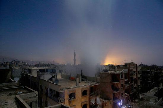 A imagem mostra edifícios na cidade de Douma, na Síria, após bombardeios das forças do governo. Douma é controlada por grupos rebeldes que tentam derrubar o ditador Bashar al-Assad e é alvo de uma série de ataques aéreos do regime sírio (Crédito foto: Sameer Al-Doumy/Agence France Presse).