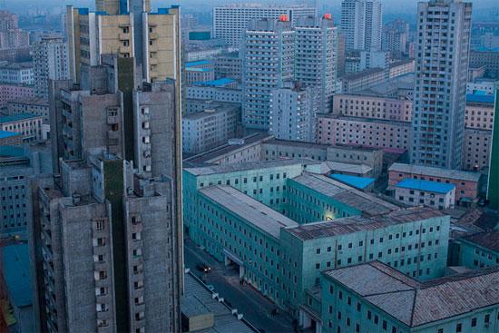 A imagem faz parte de uma série que documenta a vida na Coreia do Norte, país comunista que tem um dos regimes mais fechados do mundo. A foto mostra a capital Pyongyang, ao amanhecer (Crédito foto: David Guttenfelder/The Associated Press).