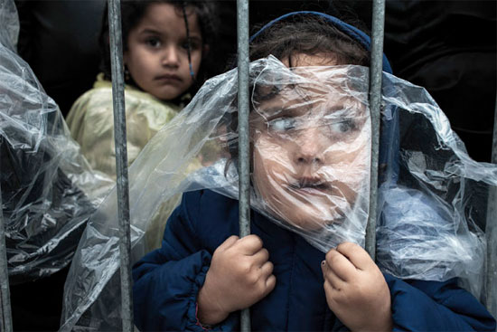 Criança espera na fila para se registrar no campo de refugiados em Presevo, na Sérvia (Crédito foto: Matic Zorman/World Press Photo 2016).