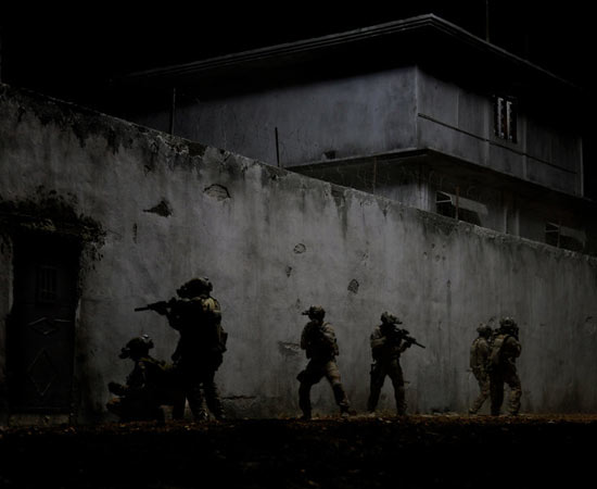 O filme é uma dramatização da operação norte-americana que encontrou e matou Osama bin Laden , líder da al-Qaeda, a organização terrorista responsável pelos ataques de 11 de setembro nos Estados Unidos. O saudita foi morto em 1º de maio de 2011, depois de quase 10 anos de busca pelo seu paradeiro. É dirigido pela cineasta Kathryn Bigelow, mesma diretora de -Guerra ao Terror- (ganhador de Melhor Oscar em 2010). -Zero Dark Thirdy- foi indicado a cinco prêmios Oscar, incluindo o de Melhor Filme, Melhor Atriz (Jessica Chastain) e Melhor Roteiro Original. ESTUDE: QUESTÃO TERRORISTA, GUERRA DO AFEGANISTÃO, ERA BUSH, CONFLITOS NO ORIENTE MÉDIO. (imagem: reprodução)