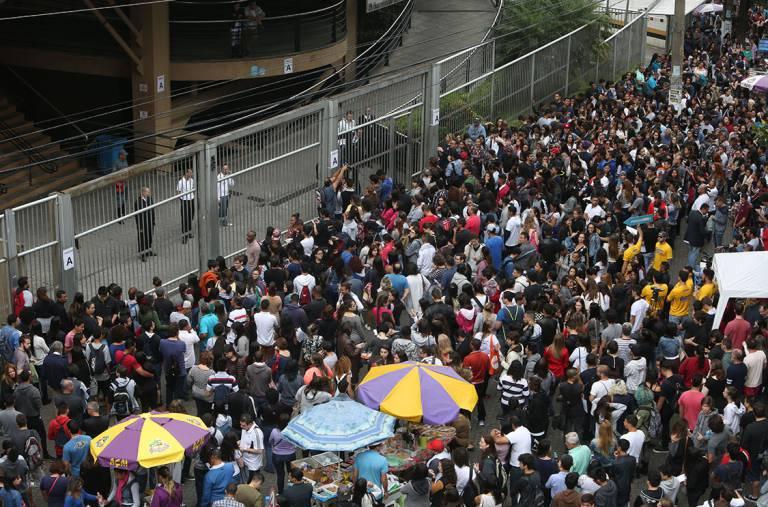 Estudantes aguardam para realizar a prova do ENEM, em São Paulo (Ricardo Matsukawa/VEJA.com)