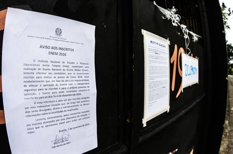 Comunicados avisa que os inscritos no Enem 2016 que fariam as provas neste sábado (05) no Colégio Estadual Leoncio Corrêa em Curitiba, terão que realizar as provas em dezembro devido a ocupação na escola (Vagner Rosário/VEJA.com)