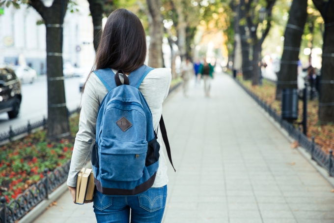 Estudante entrando na universidade