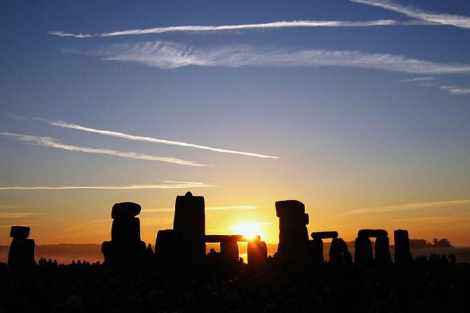 800px-summer_solstice_sunrise_over_stonehenge_2005