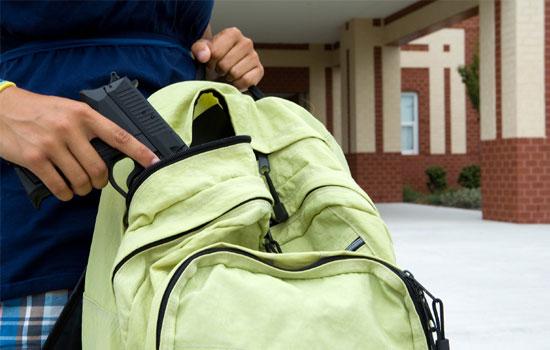 estudante-arma-mochila