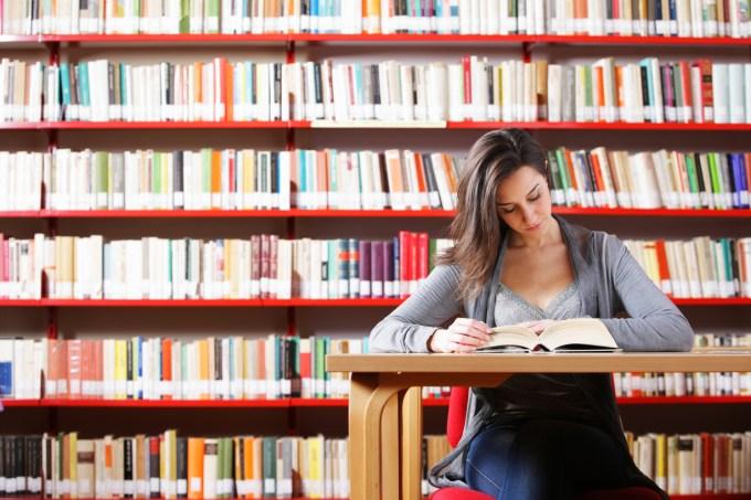 Estudante em biblioteca universitária