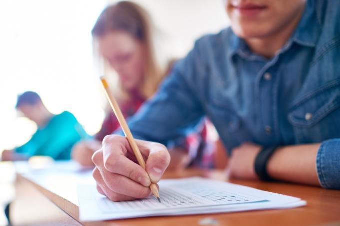 Estudante fazendo prova sobre mesa