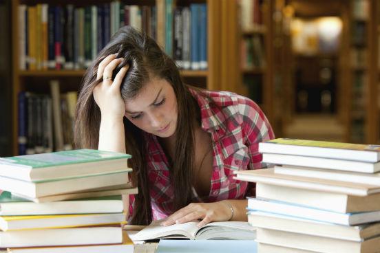 moca-estudando-cercada-livros