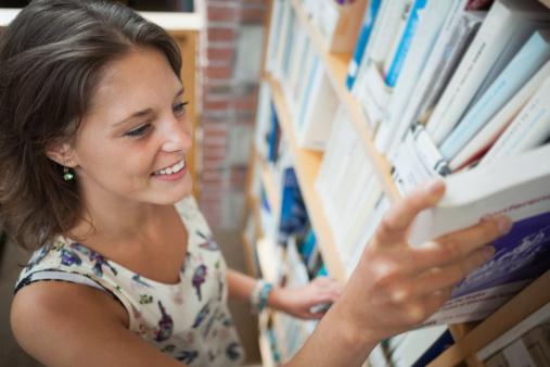 procurando-livro-estante