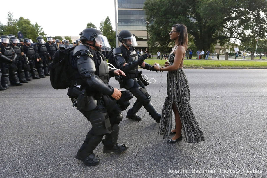 A ativista Ieshia Evans oferece suas mãos para ser presa durante protesto contra o assassinato de Alton Sterlin pela polícia. A manifestação ocorreu emBaton Rouge (Louisiana), nos Estados Unidos (EUA), em julho de 2016.  <span>(foto:Jonathan Bachman/World Press Photo 2017)</span>