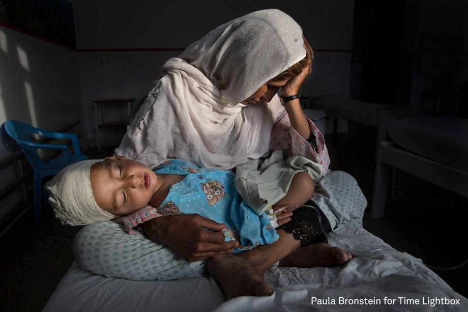 Najiba segura seu sobrinho de dois anos no colo, ferido após a explosão de uma bomba em Kabul, no Afeganistão, em março de 2016.  <span>(foto: Paula Bronstein/World Press Photo 2017)</span>