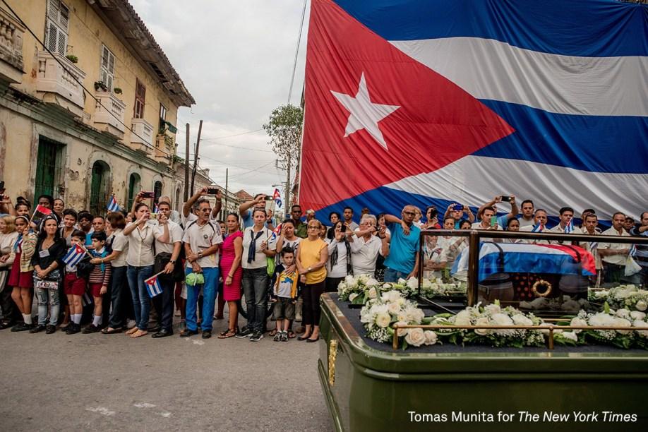 <span>Procissão em homenagem aFidel Castro, morto em novembro de 2016, passa por Santa Clara, em Cuba. Oveículo carrega as cinzas do ex-líder cubano. </span>  <span>(foto: Tomas Munita/World Press Photo 2017)</span>