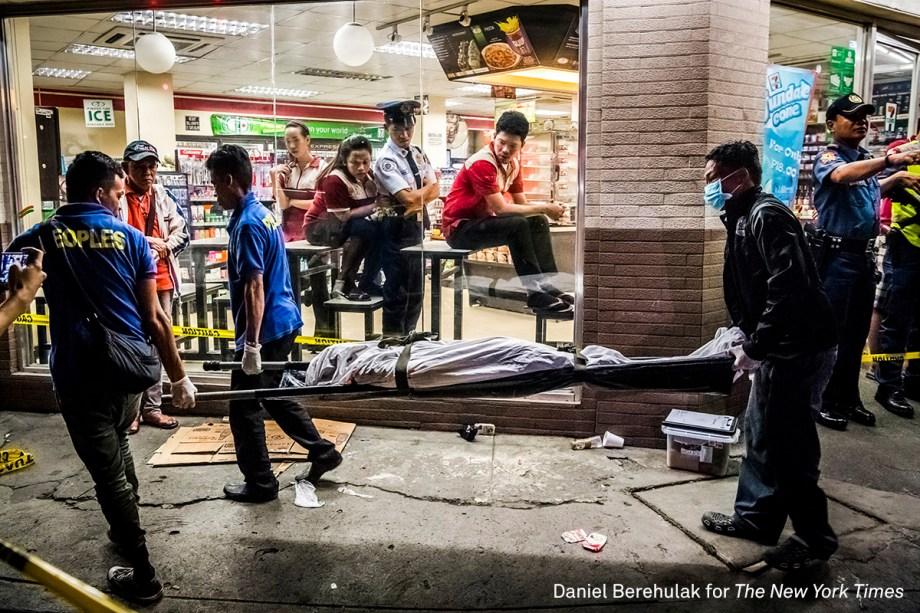 """Funcionários de uma funerária carregam ocorpo de Edwin Mendoza Alon-Alon, em Manila, nas Filipinas, em outubro de 2016. Ele foi morto a tiros por um homem não identificado. A violência no país cresceu após o presidente Rodrigo Duterte lançar uma campanha anti-drogas no país. <div class=""""photo-desc""""><span>(foto: Daniel Berehulak/World Press Photo 2017)</span></div>"""