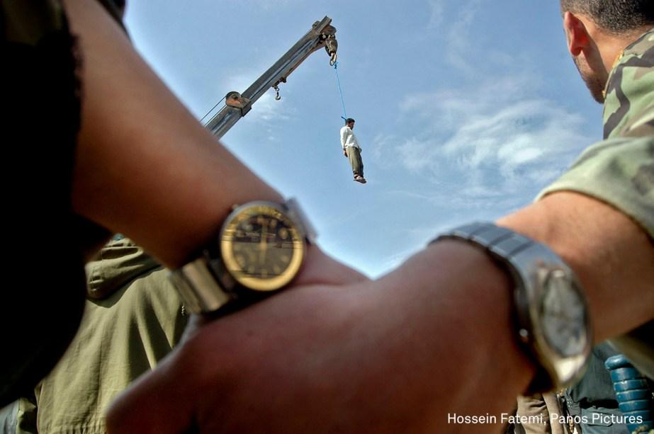 """Mohammad Bijeh, condenado a pena de morte pelo sequestro e assassinato de 21 pessoas, é enforcado em Bijeh, no Irã, em março de 2005. <div class=""""story-desc""""><span>(foto: Hossein Fatemi/World Press Photo 2017)</span></div>"""