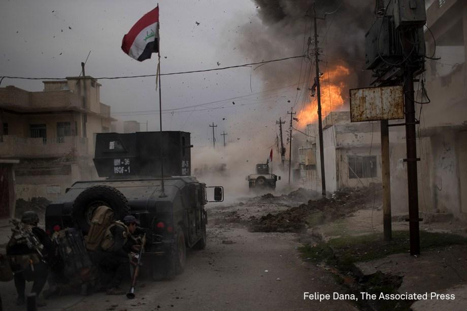 Membros das Forças de Operações Especiais do Iraque avançam contra as bases do grupo terrorista Estado Islâmico, na batalha pelo controle de Mossul, no Iraque, em novembro de 2016.  <span>(foto: Felipe Dana/World Press Photo 2017)</span>