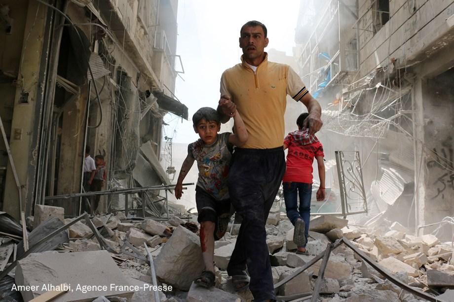 A imagem mostra a evacuação da região de Hayy Aqyul, em Aleppo, após um ataque aéreo em abril de 2016. A região era controlada pelos rebeldes e sofreu fortes bombardeios das forças do regime, que deixaram 14 civis mortos e outras dezenas de feridos.  (foto Ameer Alhalbi/World Press Photo 2017)