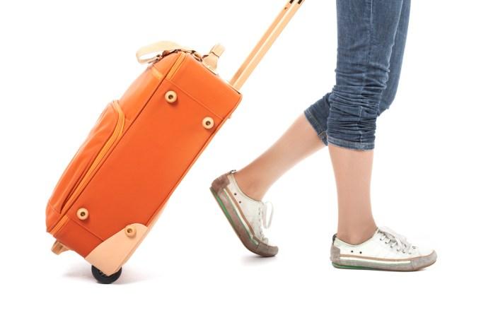 Carregando mala de viagem