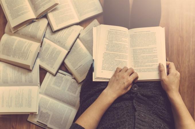 Mulher lendo livros