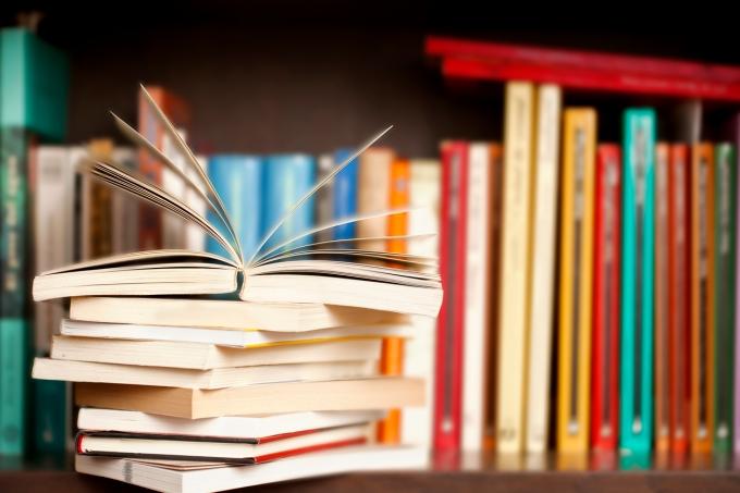 Livros em prateleira