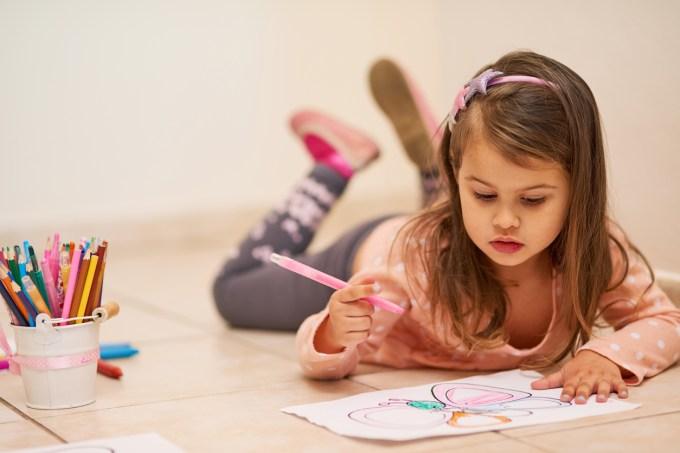 Criança desenhando em casa