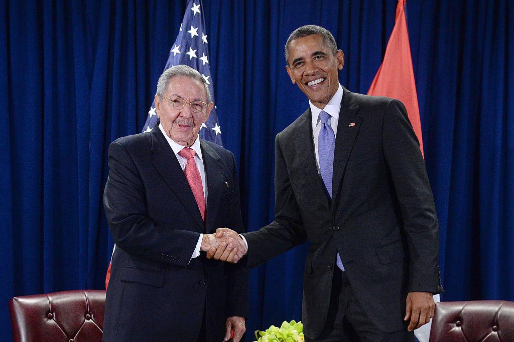 O líder cubano, Raúl Castro, e o então presidente dos EUA, Barack Obama, se cumprimentam em evento na ONU, em Nova York, em setembro de 2015